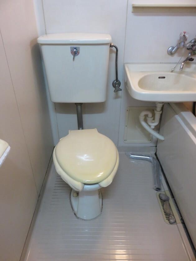 割れたトイレタンクと便器