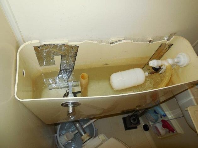 割れたトイレタンク