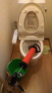 ペットシーツが詰まったトイレ修理中