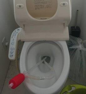 掃除シートが詰まったトイレ